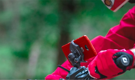 le guidon et le biker rouge support velo