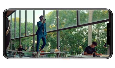 telephone grand ecran paysage homme qui marche